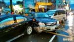 百米撞3車2傷 駕駛棄2乘客肇逃