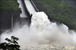 台南大雨下不停 水庫灌飽滿出來