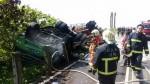 聯結車撞翻天 重機騎士相救