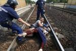 不滿火車被攔截 難民臥軌抗議匈牙利警方