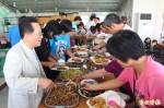 企業家回饋家鄉 美濃弱勢鄉親吃大餐慶中秋