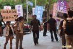「不恥連戰通敵」民眾手持標語金婚宴場外抗議