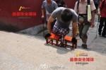盼為殘疾人提供方便 截肢青年靠雙手登泰山