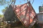 颱風吹飛貨櫃屋  公墓墳墓遭殃受損