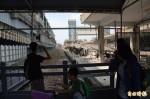 屏東火車站舊月台拆除  旅客拍照留念
