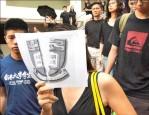 捍衛學術自主 港大師生靜默遊行