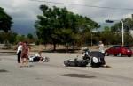 老翁騎車中風倒地  軍人撐傘守護