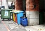 舊大樓沒空間 回收桶四處放