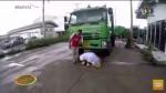 謝謝辛苦的爸爸 泰青年垃圾車前下跪磕頭