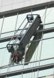內湖高樓外牆補強 纜繩突斷1工人墜落、2人獲救