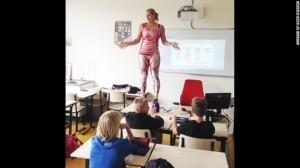 驚! 荷蘭老師站上桌 脫衣「人體教學」