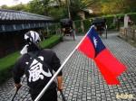 熱血導遊超愛國!送國旗給日本及中國遊客