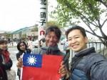 熱血導遊超愛國!送上百面國旗給日本及中國遊客