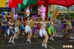 宜蘭不老節登場 2500人冒雨踩街創意裝扮