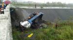 砂石車翻覆鼻頭橋下 駕駛一度受困