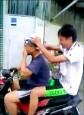 一邊騎車一邊洗頭 警:危險行為觸法