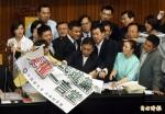 看問題》占領主席台 國民黨嘲弄新民意