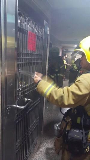 為了一碗泡麵 20多名消防員深夜馳援