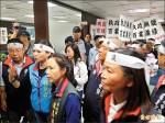 抗議房屋稅也要漲 台南國民黨議員率眾砸市長室