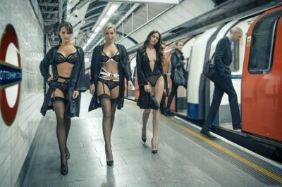 「格雷」內衣竄紅  爆乳妹橫走倫敦地鐵