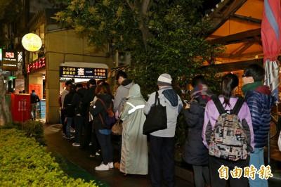 台灣人果然愛排隊? 百人寒夜排長龍 只為一碗暖湯圓