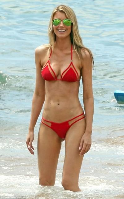 哪個男人受得了?艾迪墨菲女友帶女兒 海灘尬奶浪