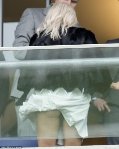 蕾絲內褲屁股蛋 女歌手被看光
