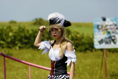 Ella當檳榔西施 海盜超人都上身