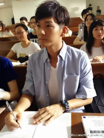 鍾漢良凍齡 演學生無違合