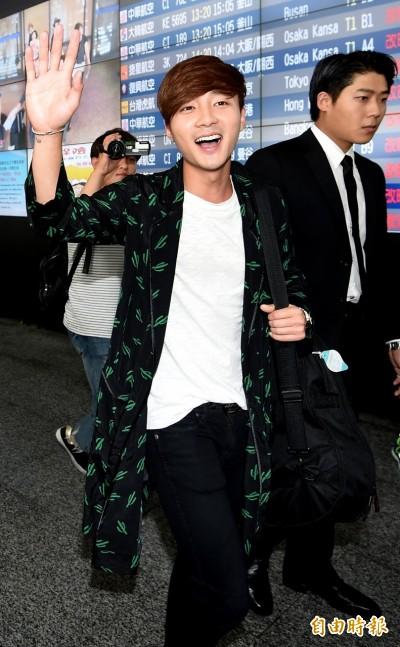 唱作小天王ROY KIM抵台 親切幫粉絲簽名
