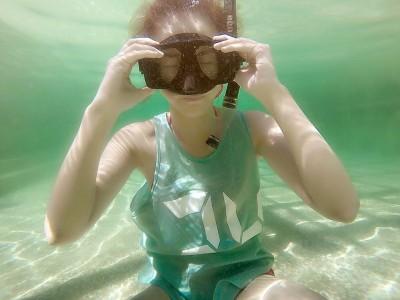 女星潛水消暑 怎不穿比基尼