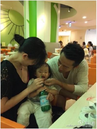 汪小菲陪女兒玩耍 還餵喝汽水