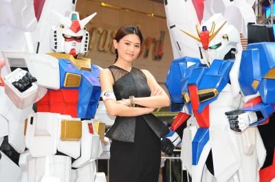 周秀娜將扮機器人 一身鐵皮搞親熱