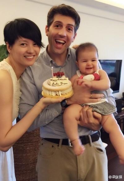 混血寶寶出生6個月 梁詠琪秀全家福