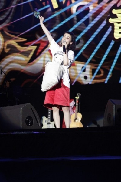 三戶夏芽台上灑餅乾 嗨喊:我愛台灣