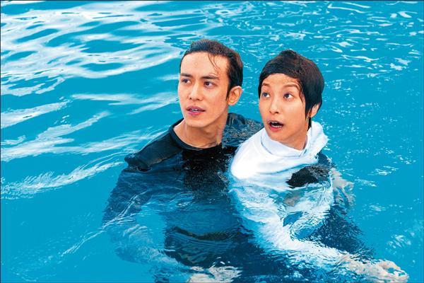 賴雅妍首搭郵輪濕身 陳楚河水中即刻救援