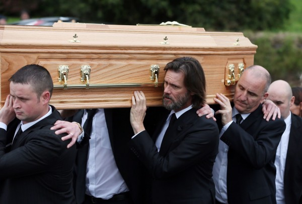 金凱瑞哀痛扶棺 送前女友走完最後一程