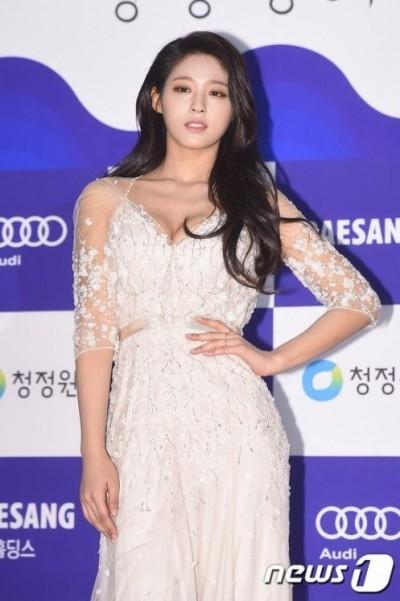 韓星紅毯爭「嬌」點 黑bra美背尬雪乳
