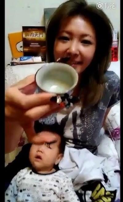Makiyo吞下濃稠白液 囧臉:有股_味