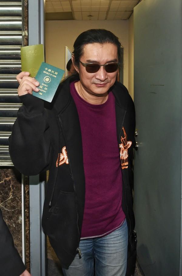 手持中華民國護照 黃安嗆:請檢舉我的人道歉