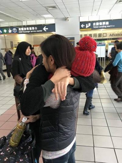 自小父母離異 女星過年見媽淚灑機場