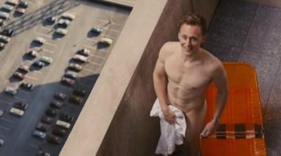 手拿開! 「洛基」為新戲全裸曬肌肌