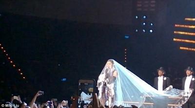 泰國開唱出意外 瑪丹娜披頭紗被纏住