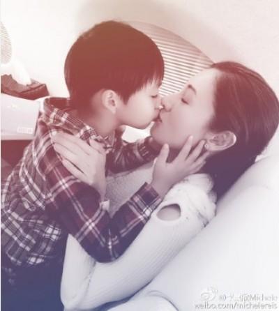 跟小情人放閃~ 李嘉欣親吻兒子好溫馨