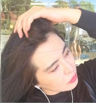小倩性感撩頭髮  意外曬出金戒指