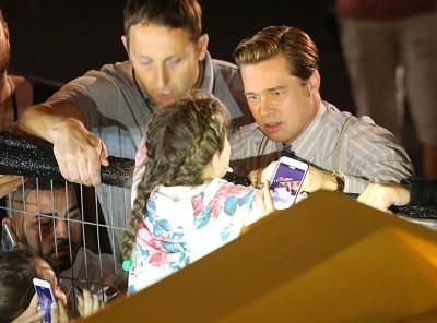 小布隨時慈父上身 片場搶救受困小女孩