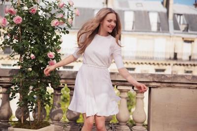 女神亞曼達漫步巴黎  俏皮對路人送飛吻?