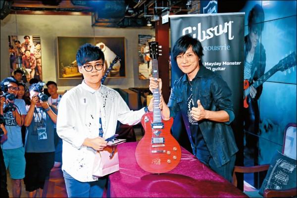 五月天抓劉若英上台合唱 怪獸發表簽名吉他會粉絲