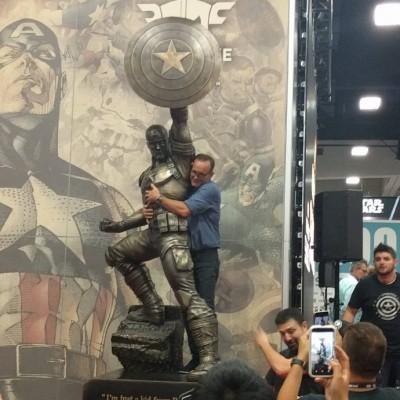 果然超級迷弟!寇森局長搶先爽抱美國隊長銅像
