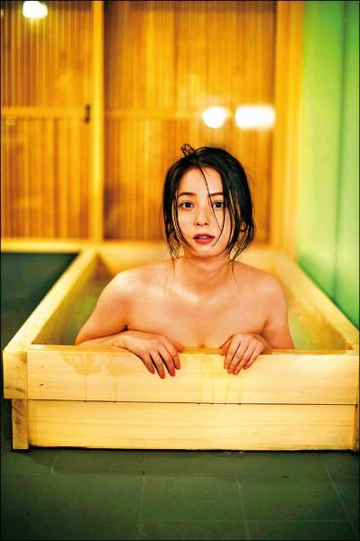 佐佐木希性感入浴 和「男友」溫泉旅行